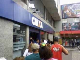 Pessoas em fila de banco no Méier