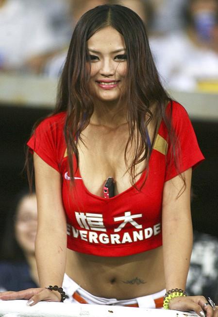 Chinesa imita a paraguaia Larissa Riquelme durante amistoso em que o Real Madrid venceu o Guangzhou, time de Conca, por 7x1