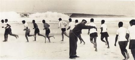 Treino do Vasco, Praia da Barra, 1966. O camisa 1 é Valdir Appel, goleiro, e o técnico era Zezé Moreira (dando as ordens).