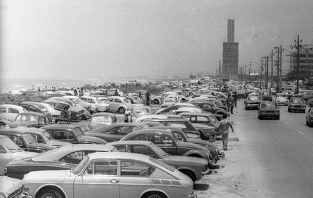 Orla da Barra tomada por carros, em dezembro de 1975 (Foto de Antonio Marinho/Agência O GLOBO)