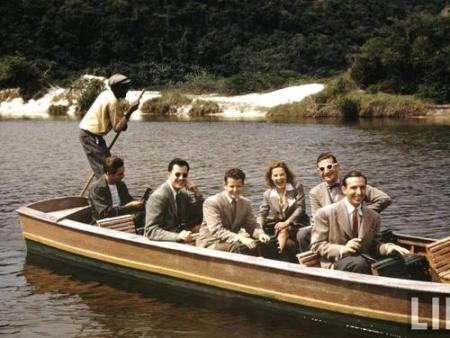 Só de barco... Da série de fotos a cores da Barra da Tijuca em 1940, feita pela Revista LIFE, quando a equipe do Wall Disney viajou para o Rio na época da Política de Boa Vizinhança, para buscar inspiração não só para um personagem brasileiro da Disney, o Zé Carioca, mas também a sua ambientação.