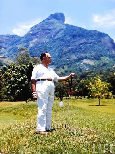 O então presidente Getulio Vargas jogando Golf no Itanhangá Golf Clube. Da série de fotos a cores da Barra da Tijuca em 1940, feita pela Revista LIFE.