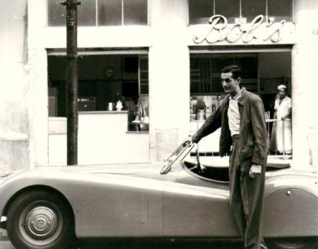 O tenista americano Robert Falkenburg e o Bob's, em foto de 1952